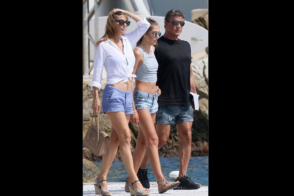 Stallone viajó con su tercera esposa, Jennifer Flavin, de 46 años, y sus tres hijas, Sophia, de 18, Sistine, de 17 y Scarlet, de 13. (Foto: Revista Hola)