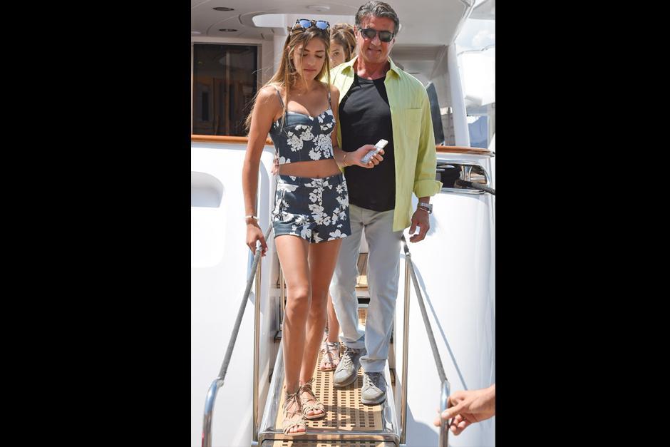Stallone y familia navegan a bordo de un espectacular yate con cinco camarotes, una embarcación que cuenta con todos los detalles para que las vacaciones sean perfectas. (Foto: Revista Hola)