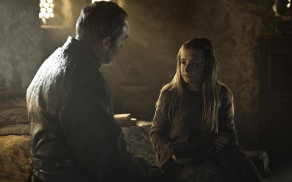 Stannis Barathon habla con su hija Shireen antes de quemarla viva, como parte de un sacrificio al Dios del Fuego. (Captura de pantalla: Game of Thrones)