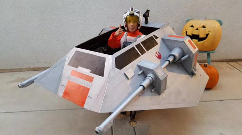 """Su padre, transformó su silla de ruedas en la nave """"Snowspeeder"""" de Star Wars. (Foto: Visual News)"""