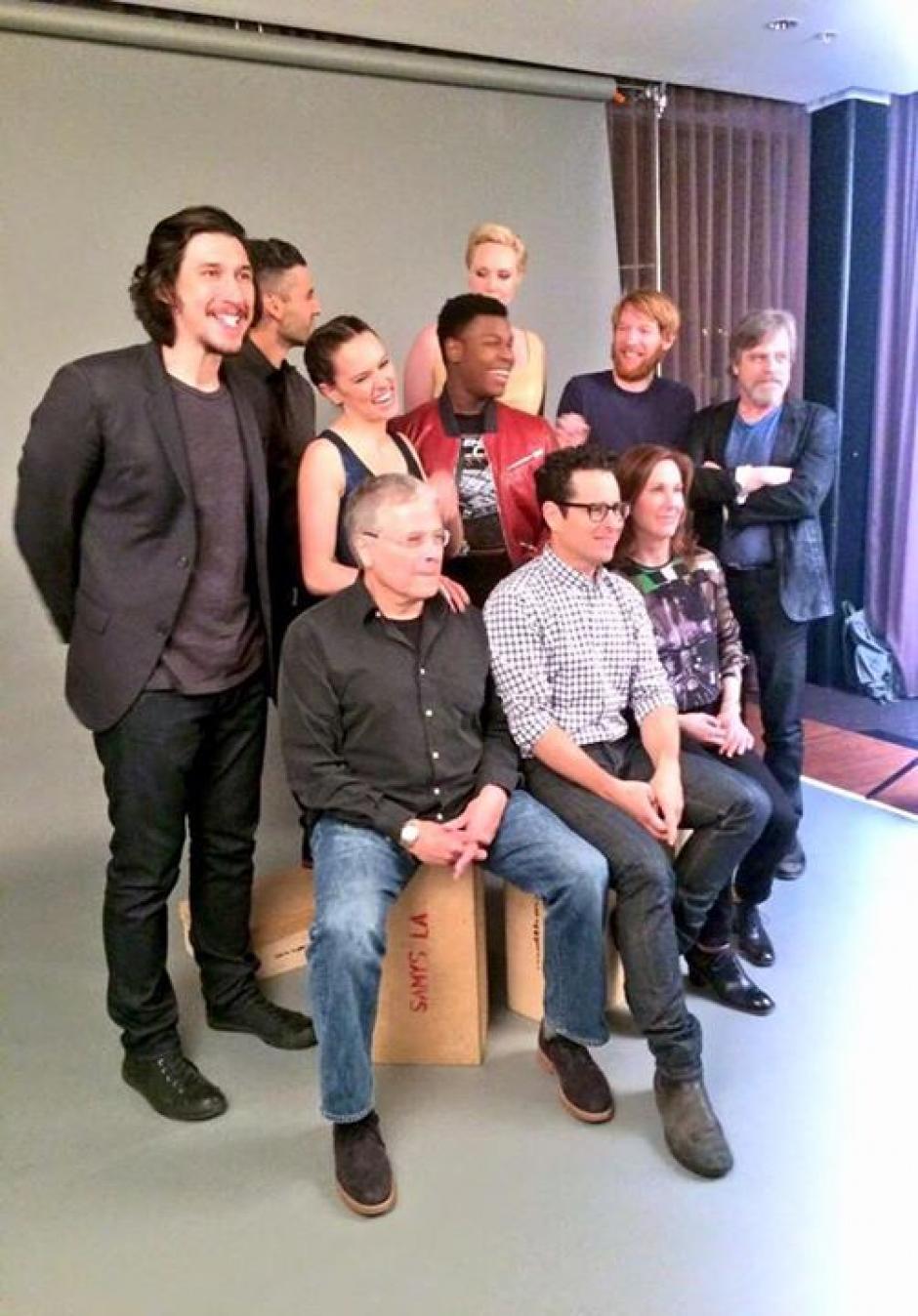 El elenco de la película posa para una foto junto al director J.J. Abrams. (Foto: El Comercio)