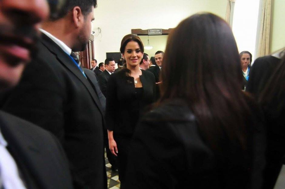 Stella Alonso, pareja de Otto Pérez Leal, llegó al Congreso para ocupar su lugar. (Foto: Alejandro Balán/Soy502)