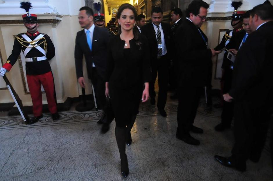 Con un semblante relajado, Stella Alonzo camina por los pasillos del Congreso. (Foto: Alejandro Balán/Soy502)