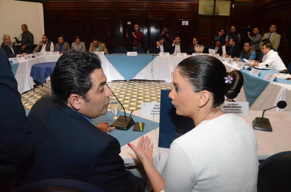 Stella Alonzo se acercó a hablar con el presidente del Congreso al enterarse de las dudas sobre la continuidad de la bancada. (Foto: cortesía José Castro)