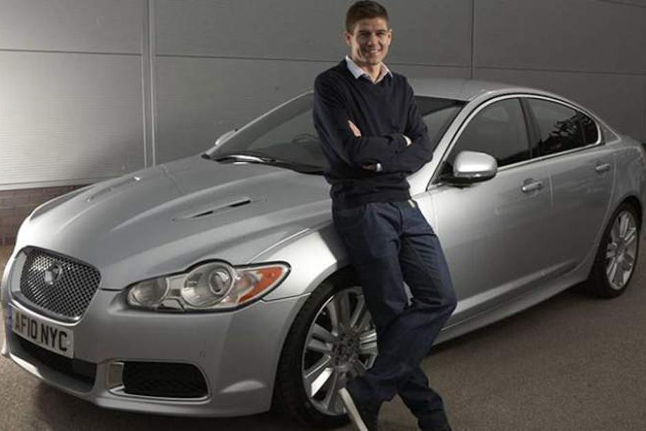 Steven Gerrard tiene un impresionante Jaguar XFR-S, la versión más potente de la gama XF y está a la venta desde julio de 2013 por 126 mil 202 euros. Da 549 caballos de potencia máxima y puede acelerar de 0 a 100 km/h en 4.6 segundos.