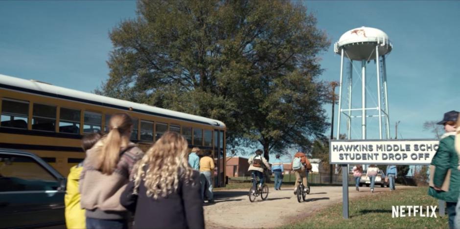 Simultáneamente en un pueblo aparece una niña con el pelo rapado y los residente desconocen su origen. (Captura de pantalla: Netflix US & Canada/YouTube)