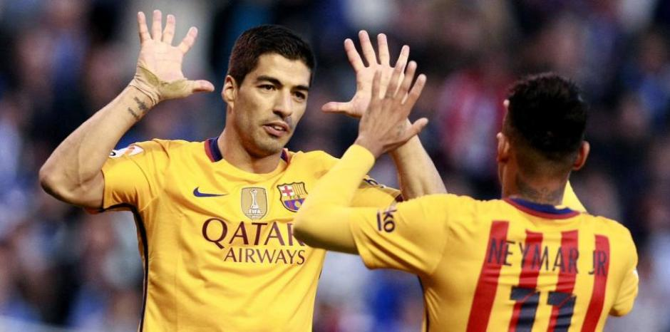 Suárez celebra con Neymar una de sus anotaciones. (Foto: elnuevodia.com)