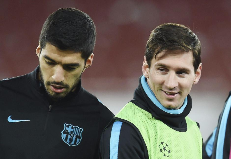 Suárez abraza a Lío Messi. El uruguayo es el líder en la tabla de artilleros con 20 goles, tiene uno más que Cristiano Ronaldo.(Foto: EFE)