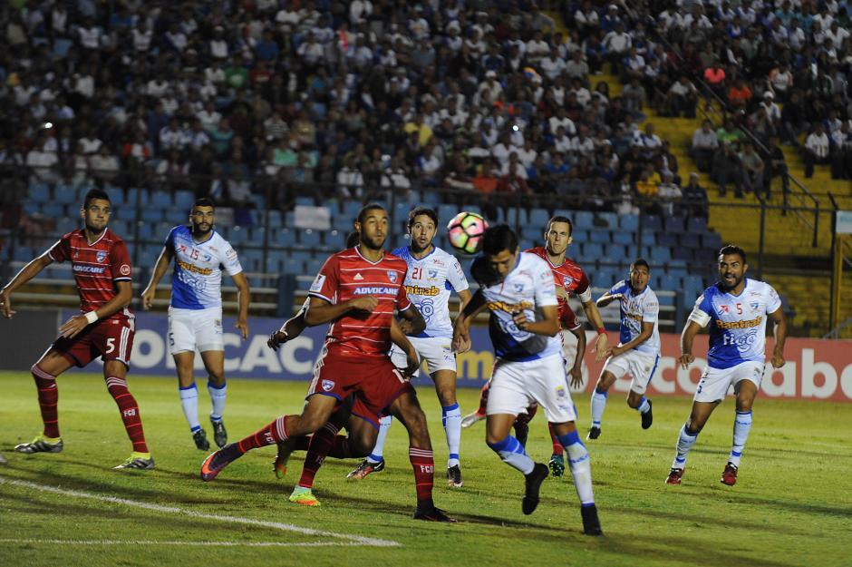 Kevin Ruiz cabecea y el defensa Esho Akindele desvía para marcar el primer gol para Suchi. (Foto: Sergio Muñoz/Nuestro Diario)