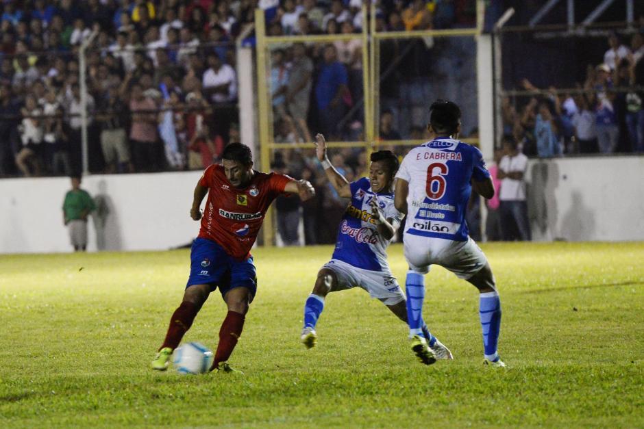 El costarricense Carlos Hernández intentó de media distancia, salió de titular en el cuadro rojo por cuarto partido consecutivo.(Foto: Sergio Muñoz/Nuestro Diario)