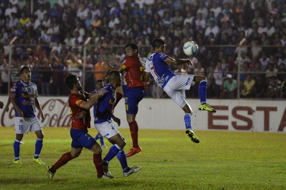 Carlos Ruiz sigue marcando diferencia en la ofensiva de Municipal, anotó un gol y complicó a la zaga Venada.(Foto: Sergio Muñoz/Nuestro Diario)