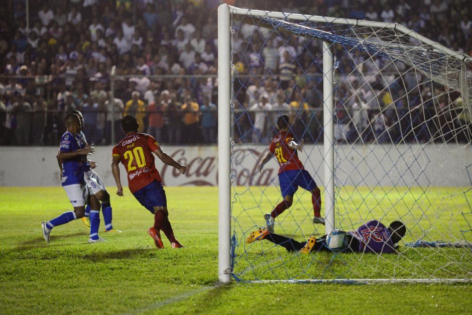 El costarricense Keylor Soto (31) corre para festejar su segundo tanto del torneo y el primero en el Carlos Salazar, en la victoria de Municipal ante Suchi. (Foto: Sergio Muñoz/Nuestro Diario)