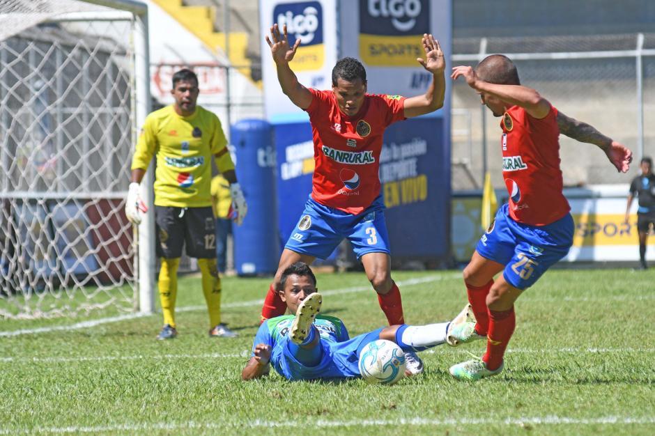 Hubo muchas jugadas de peligro pero ninguna terminó en gol. (Foto: Nuestro Diario)