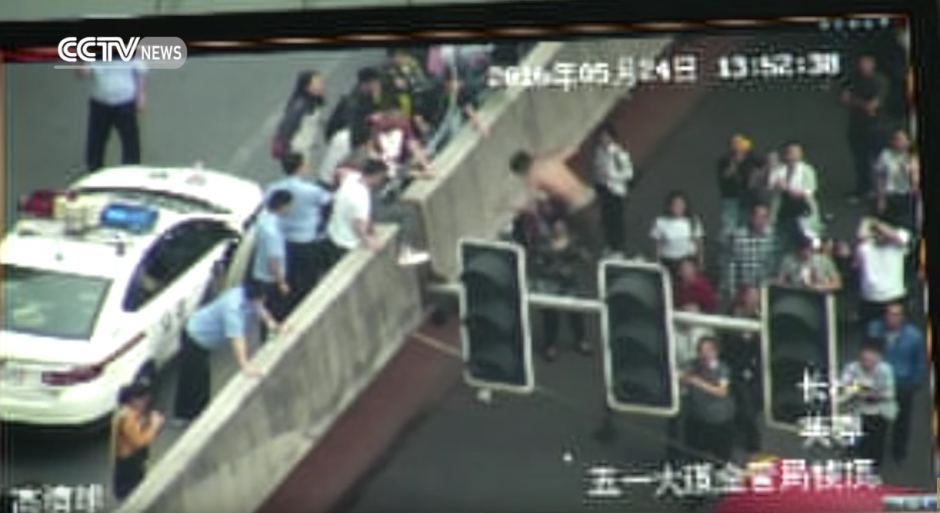 El individuo se tira contra el muro y no logra llegar. (Captura de pantalla: CCTV News)