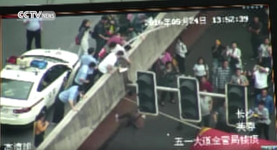 El hombre cae al suelo. (Captura de pantalla: CCTV News)