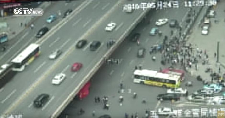 Varias personas observaban lo sucedido. (Captura de pantalla: CCTV News)