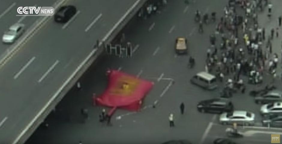Las autoridades instalan un colchón inflable. (Captura de pantalla: CCTV News)