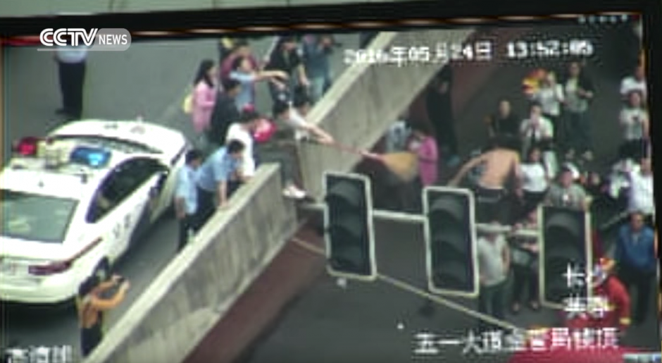 Luego pasan un tubo PVC para llegar hasta él. (Captura de pantalla: CCTV News)