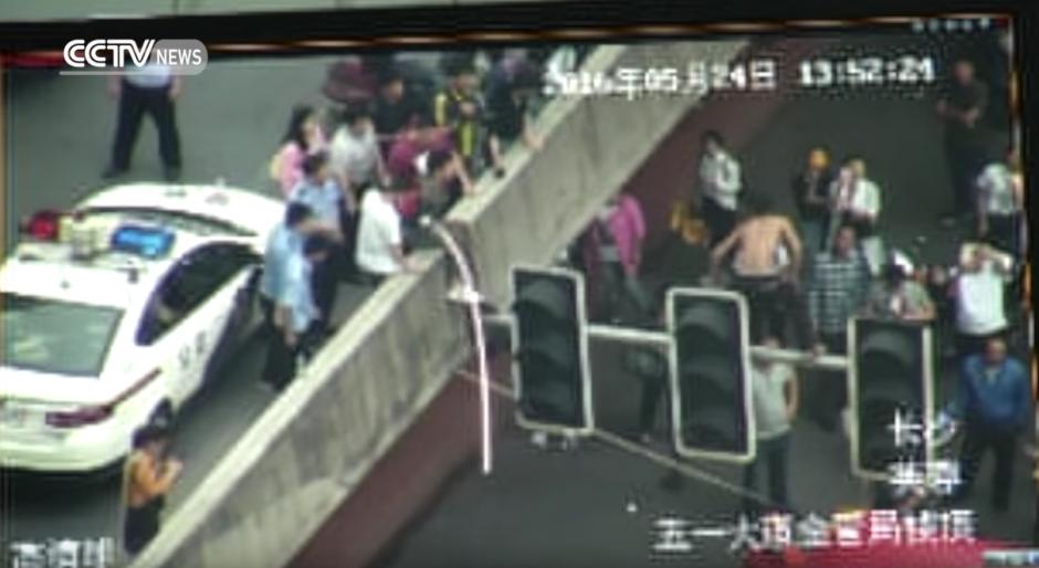 El tubo no se puede complicar. (Captura de pantalla: CCTV News)