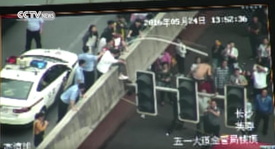 El tubo le da varios golpes al hombre y lo descontrola. (Captura de pantalla: CCTV News)
