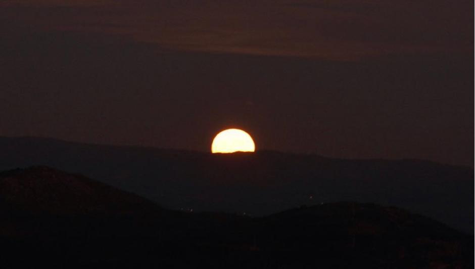 La Luna lució en todo su esplendor y fue captada desde el Mirador Vigo, en Pontevedra, España. (Foto: Instagram/@antonioleo)