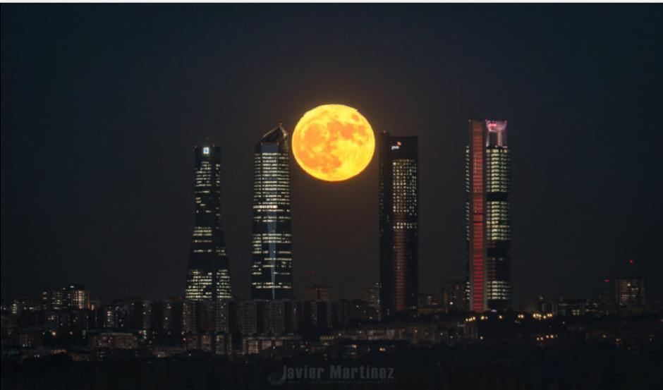 Las 4 Torres de Madrid fueron el escenario perfecto para esta imagen. (Foto: Twitter/@@jmartinezmoran)