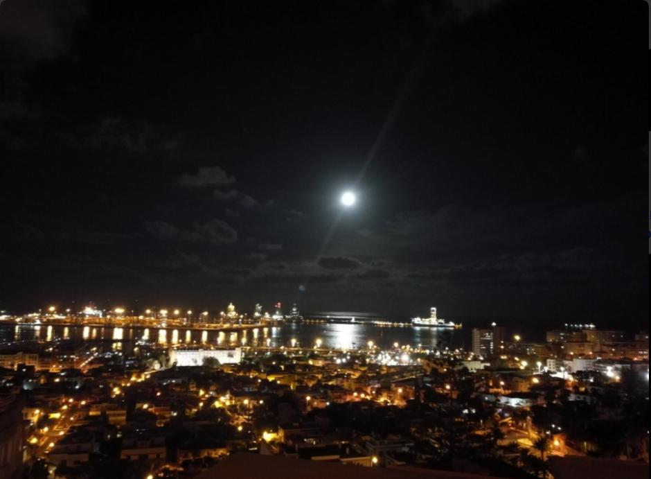 Esta postal fue captada en el cielo de Bahía Las Palmas, en España: (Foto: Twitter/@@maletapreparada)