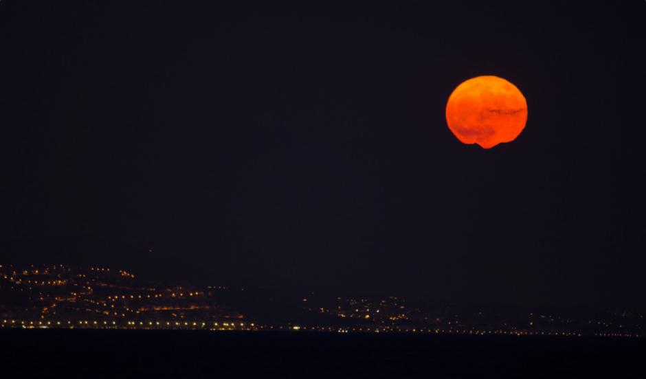 Desde Málaga, España, la Luna se vio espectacular. (Foto: Twitter/@nstagram/FC Barcelona)