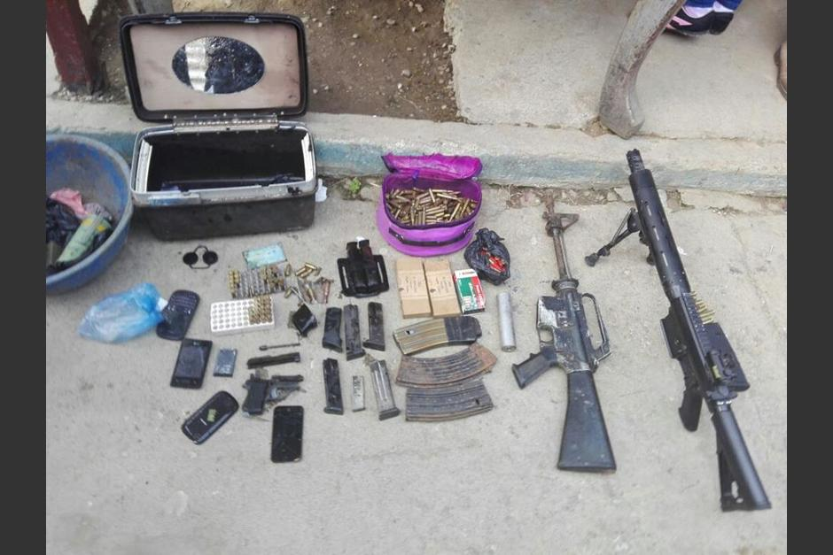 Armas de uso de las fuerzas armadas fueron encontradas durante el operativo. (Foto: PNC)