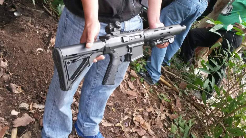 Fusiles de asalto también fueron localizados durante los allanamientos. (Foto: PNC)