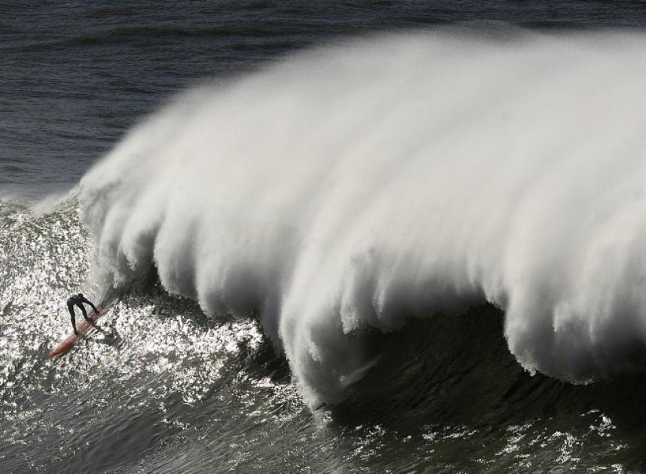 Un surfista participa en el Arnette Punta Galea Big Wave World Tour, el 28 de enero de 2013, de la norteña ciudad vasca española de Getxo. 16 surfistas participaron durante la competición que duró cinco horas, con olas desde hasta 5 metros de altura olas. (Foto:(AFP / RAFA RIVAS)