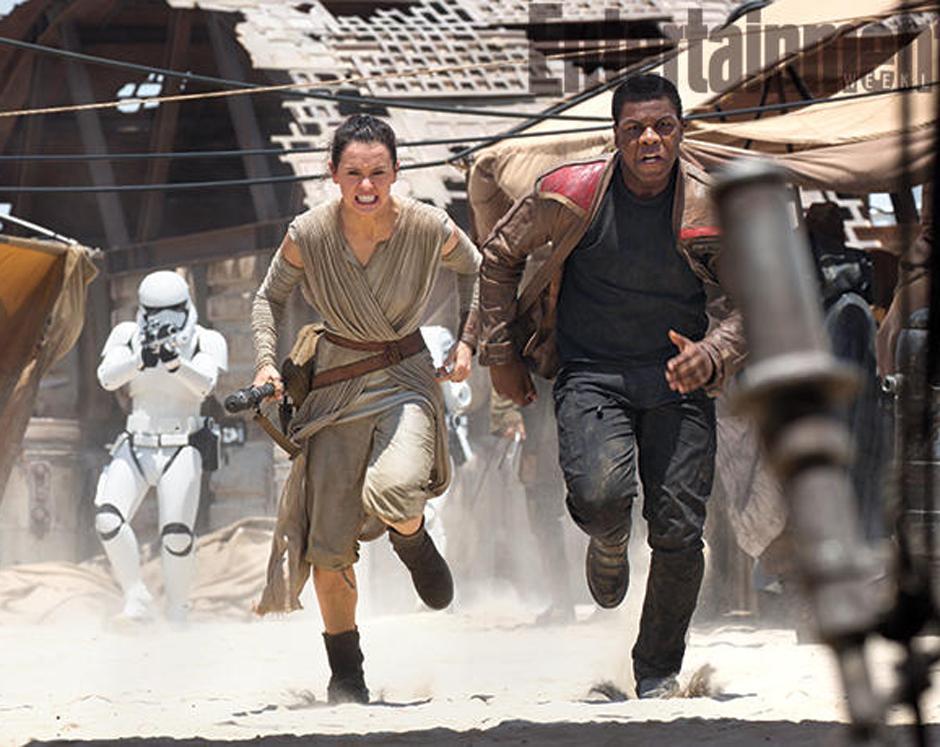 Daisy Ridley y John Boyega huyen de las tropas de asalto enen el mundo desértico Jakku. (Foto Entertainment Weekly)