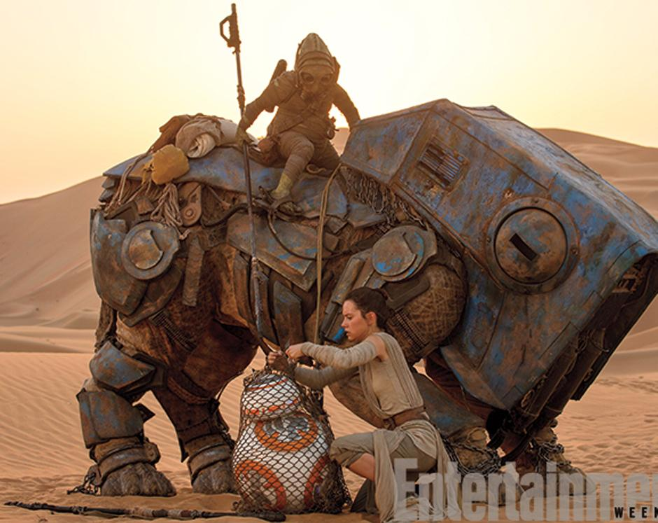 Rey (Daisy Ridley) se encuentra con BB-8. (Foto Entertainment Weekly)