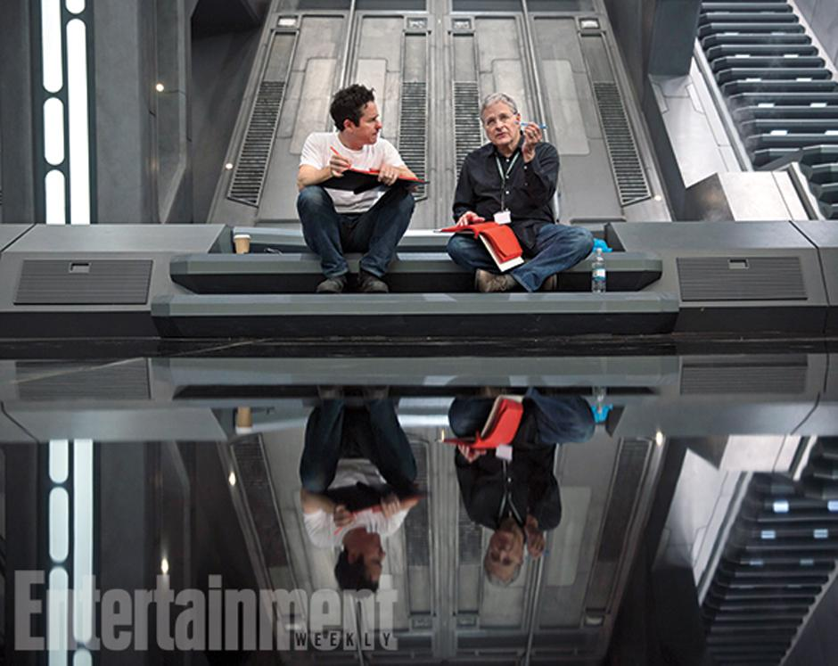 El director JJ Abrams, junto a su coescritor Lawrence Kasdan.(Foto Entertainment Weekly)