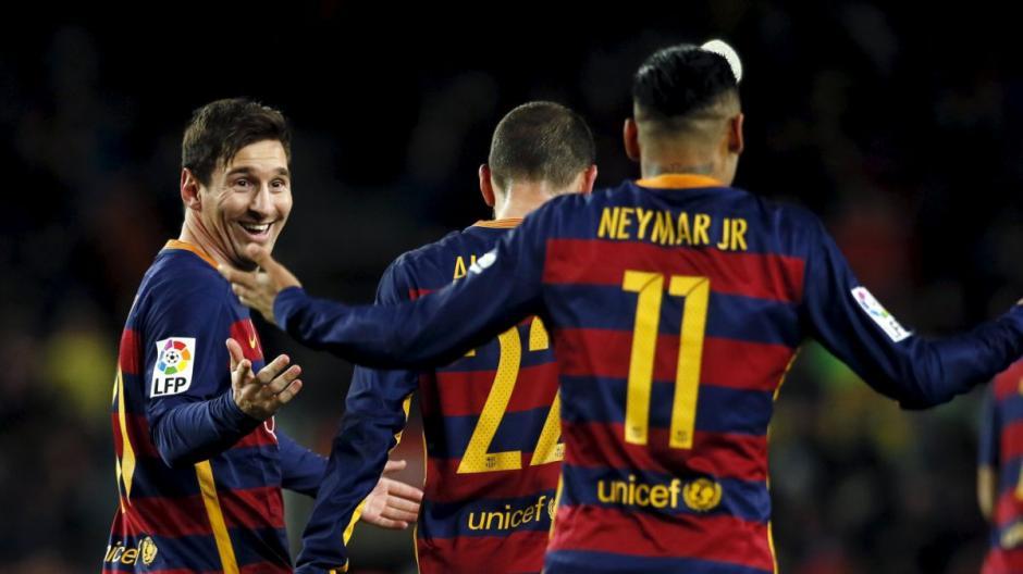 Messi se ve sorprendido ya que había practicado el pase con el brasileño. Suárez se robó la idea. (Foto: T13)