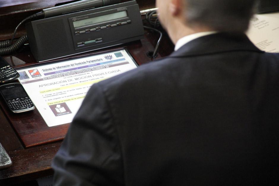 Diputados votan en el tablero electrónico por la aprobación de la Moción Privilegiada que incluyó la ampliación presupuestaria por 1 mil 500 millones de quetzales. (Foto: Jesús Alfonso/Soy502)