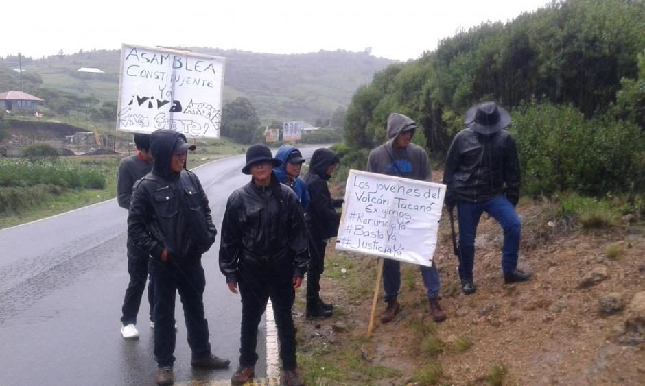 Los jóvenes de Tacaná han debido enfrentar las vicisitudes del clima en su recorrido. (Foto FacebookSharolina Villalta)