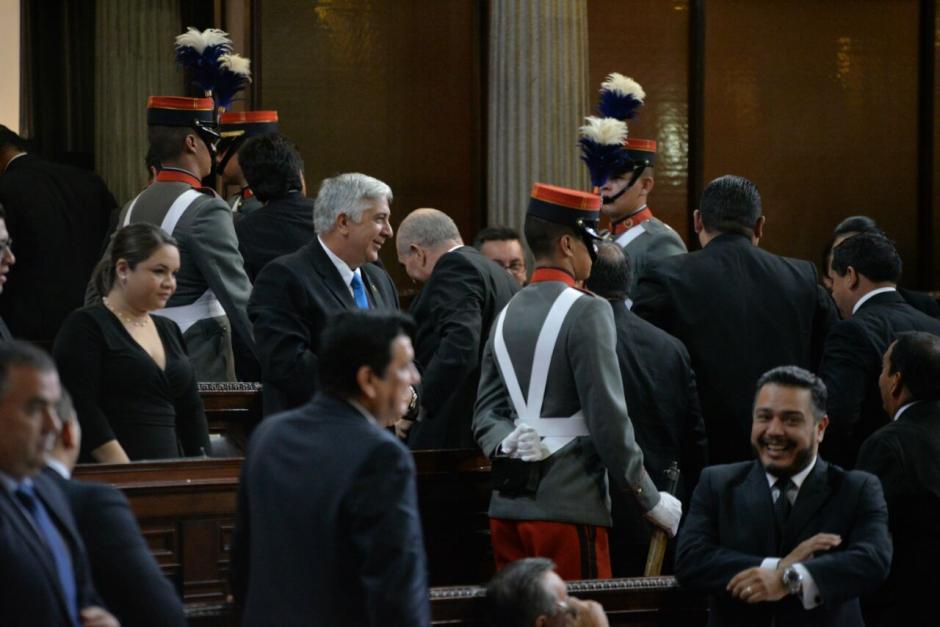 Entre abucheos y aplausos salió el presidente saliente del Congreso. (Foto: Wilder López/Soy502)