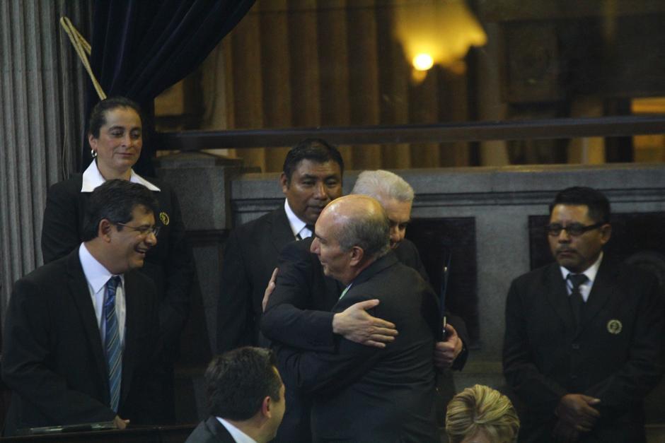 El abrazo entre Rabbé y Taracena contradice hace contraste con las discusiones que tuvieron ambos el año pasado. (Foto: Alexis Batres/Soy502)