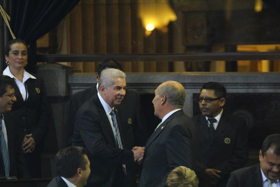 Luis Rabbé, presidente saliente, felicita a Mario Taracena, electo para sustituirle. (Foto: Alexis Batres/Soy502)
