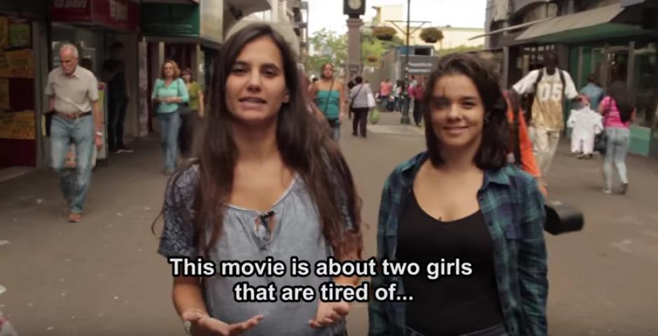Dos chicas están cansadas que la sociedad las encasille. (Foto: Youtube)