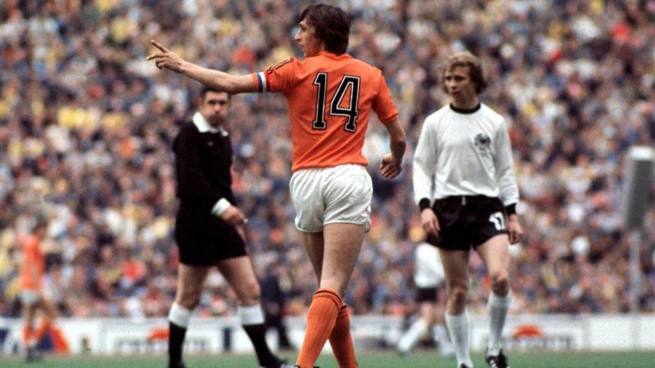 Cruyff nació en Amsterdam y en su etapa de jugador fue delantero y centrocampista