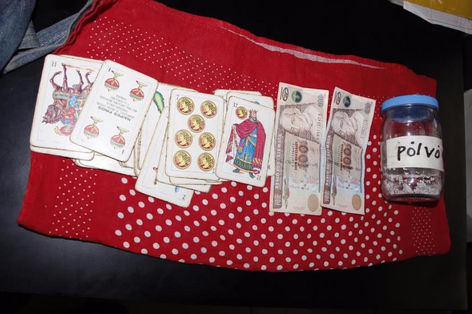 Al detenido se le decomisaron las cartas y dinero en efectivo. (Foto: PNC)