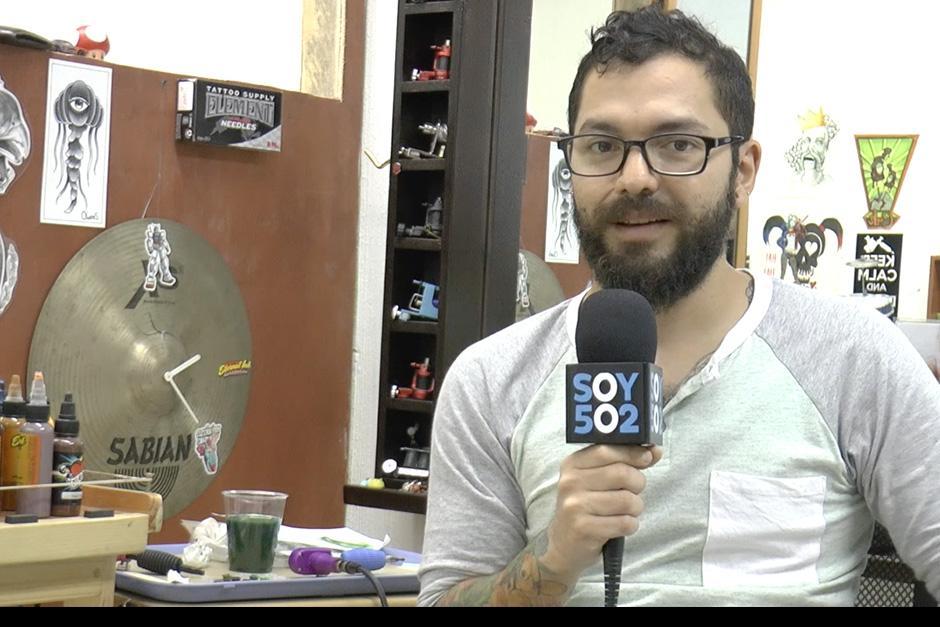 """Juan Francisco mejor conocido como"""" Campa"""", se dedica a tatuar desde hace 8 años. (Foto: Soy502)"""