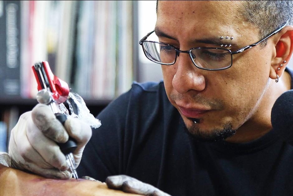 Byron Masdeu se dedica a tatuar desde hace 26 años. (Foto: Alejandro Balán/Soy502)
