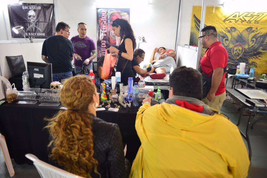 En los distintos stands, se observaba a varias personas esperando para elaborarse un tatuaje. (Foto Jesús Alfonso/Soy502)