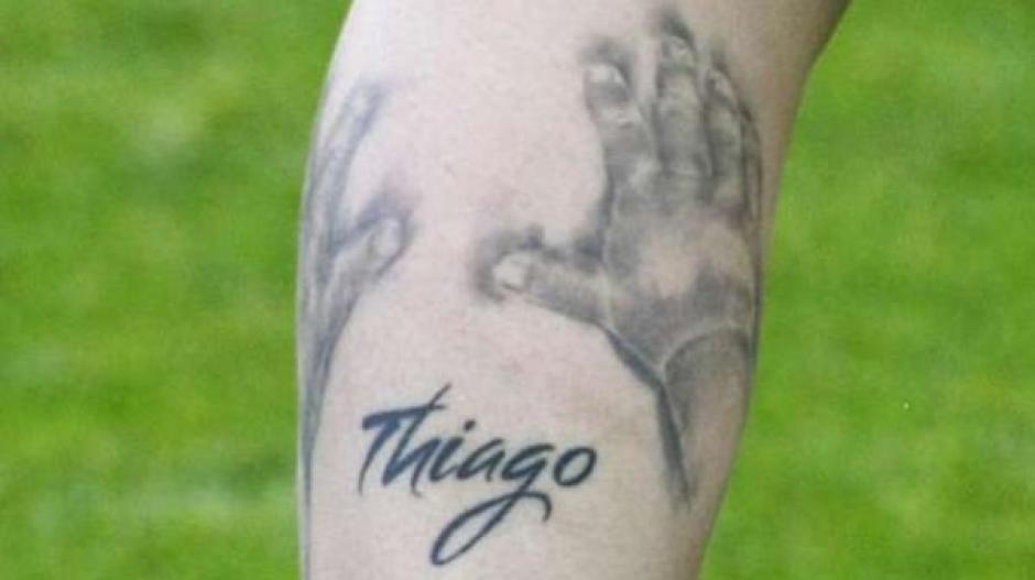 Dos manos envuelven el nombre de Thiago, uno de sus hijos. (Foto: infobae.com)