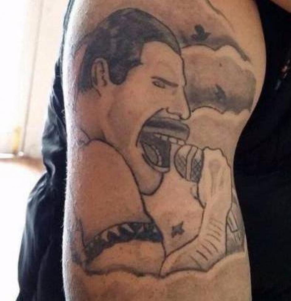 Debía ser un homenaje al vocalista de Queen, Freddie Mercury, pero el tatuador lo arruinó. (Foto: Daily Mail)