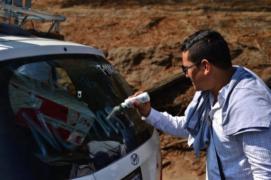 Un conductor de taxi muestra su desacuerdo con Uber.  (Foto: Jesús Alfonso/Soy502)