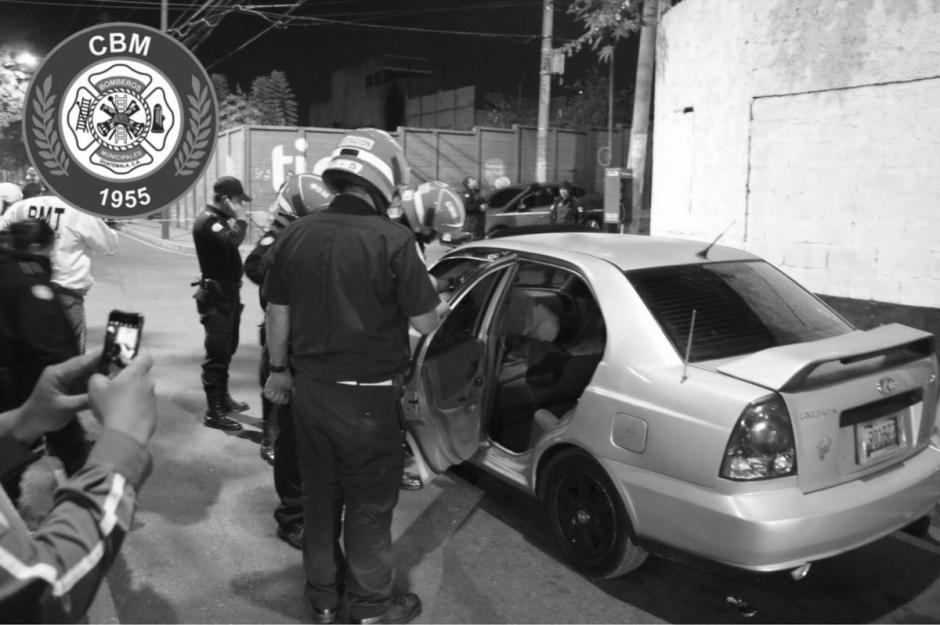 A temprana hora de este martes, un taxista fue atacado en la calzada Justo Rufino Barrios, zona 21.  (Foto: @bomberosmuni)